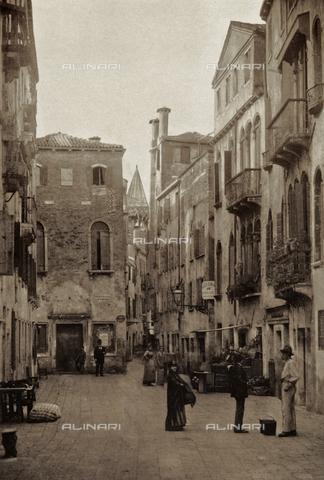 AVQ-A-003475-0065 - Veduta animata della Salizza San Samuele a Venezia - Data dello scatto: 1890-1895 - Raccolte Museali Fratelli Alinari (RMFA), Firenze