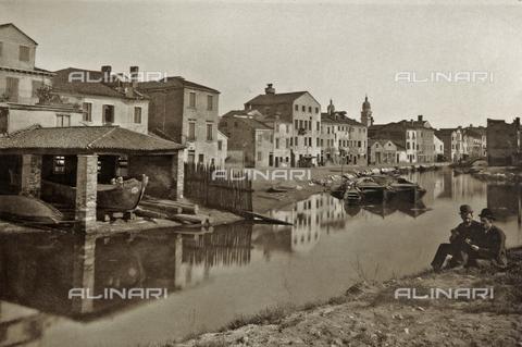 AVQ-A-003475-0083 - Due uomini fotografati presso lo squero di Santa Maria a Venezia - Data dello scatto: 1890-1895 - Archivi Alinari, Firenze