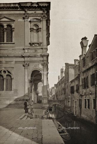 AVQ-A-003475-0090 - Veduta animata di Rio San Rocco a Venezia - Data dello scatto: 1890-1895 - Raccolte Museali Fratelli Alinari (RMFA), Firenze
