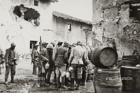 AVQ-A-003526-0003 - World War I: soldiers of the Italian army during the water supply to Doberdò