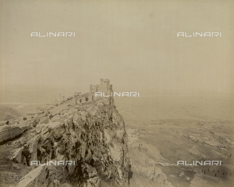 """AVQ-A-003554-0046 - """"Rocche e roccie"""" (Rocks and Fortresses): the Rocca or fortress of Guaita, on Mount Titano dalla Fratta, Republic of San Marino - Date of photography: 1892-1899 - Fratelli Alinari Museum Collections, Florence"""