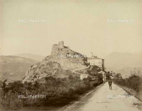 """AVQ-A-003554-0062 - """"Rocche e roccie"""" (Rocks and Fortresses): view of Pennabilli, Province of Pesaro, with the ruins of the Castello dei Montefeltro - Date of photography: 1892-1899 - Fratelli Alinari Museum Collections, Florence"""