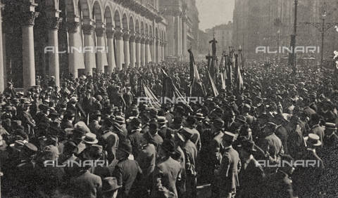"""AVQ-A-003604-0002 - Album """"Visions of War 1915-1918"""": crowd gathered in Piazza Duomo in Milan on the day of the declaration of war on Austria-Hungary"""