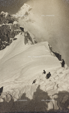"AVQ-A-003604-0034 - Album ""Visions of War 1915-1918"": Alpine patrol on a snowy ridge - Data dello scatto: 1915-1918 - Archivi Alinari, Firenze"