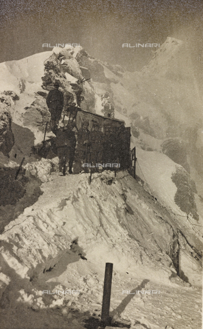 "AVQ-A-003604-0035 - Album ""Visions of War 1915-1918"": Alpine patrol on a snowy ridge - Data dello scatto: 1915-1918 - Archivi Alinari, Firenze"