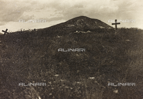 "AVQ-A-003604-0047 - Album ""Visions of War 1915-1918"": military Cemetery - Data dello scatto: 1915-1918 - Archivi Alinari, Firenze"