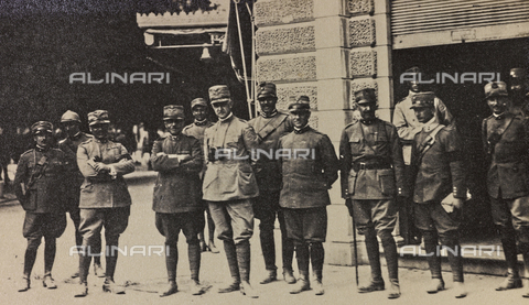 "AVQ-A-003604-0055 - Album ""Visions of War 1915-1918"": Italian group of officers - Data dello scatto: 1915-1918 - Archivi Alinari, Firenze"