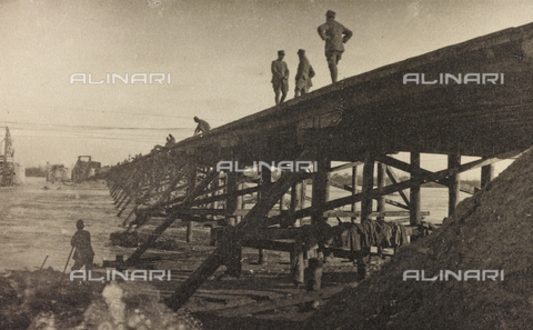 "AVQ-A-003604-0056 - Album ""Visions of War 1915-1918"": soldiers engaged in the construction of a bridge - Data dello scatto: 1915-1918 - Archivi Alinari, Firenze"