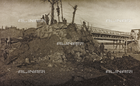 "AVQ-A-003604-0057 - Album ""Visions of War 1915-1918"": soldiers engaged in the construction of a bridge - Data dello scatto: 1915-1918 - Archivi Alinari, Firenze"