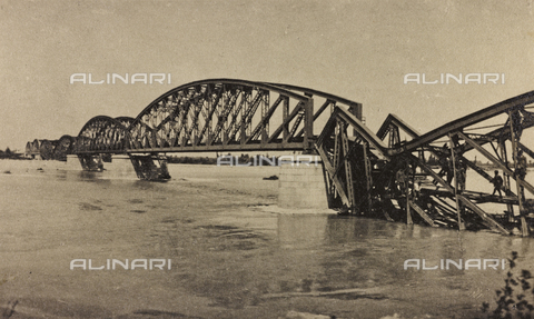 "AVQ-A-003604-0059 - Album ""Visions of War 1915-1918"": ""bridge blew up on Isonzo"" - Data dello scatto: 1915-1918 - Archivi Alinari, Firenze"