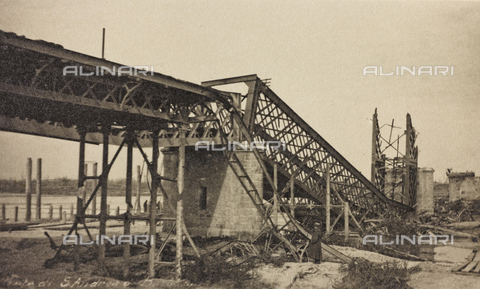 "AVQ-A-003604-0065 - Album ""Visions of War 1915-1918"": bridge destroyed by mines - Data dello scatto: 1917-1918 - Archivi Alinari, Firenze"