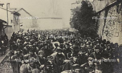 """AVQ-A-003604-0097 - Album """"Visioni di guerra 1915-1918"""": """"colonna di prigionieri"""" - Data dello scatto: 1915-1918 - Archivi Alinari, Firenze"""