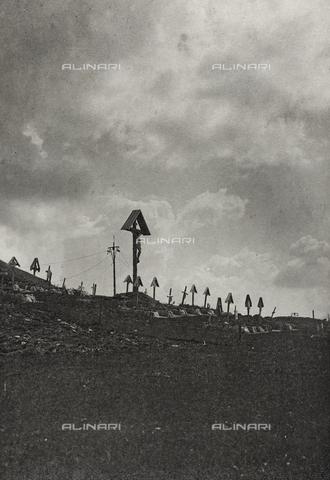 """AVQ-A-003604-0116 - Album """"Visioni di guerra 1915-1918"""": cimitero militare in montagna - Data dello scatto: 1915-1918 - Raccolte Museali Fratelli Alinari (RMFA), Firenze"""
