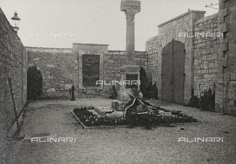 """AVQ-A-003604-0119 - Album """"Visioni di guerra 1915-1918"""": monumento ai caduti - Data dello scatto: 1915-1918 - Raccolte Museali Fratelli Alinari (RMFA), Firenze"""