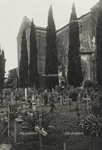 """AVQ-A-003604-0122 - Album """"Visioni di guerra 1915-1918"""": cimitero accanto a una chiesa - Data dello scatto: 1915-1918 - Raccolte Museali Fratelli Alinari (RMFA), Firenze"""
