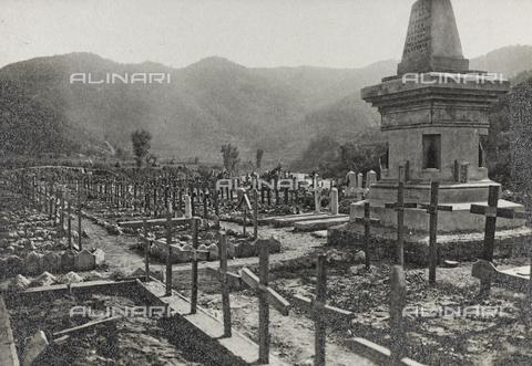 """AVQ-A-003604-0130 - Album """"Visioni di guerra 1915-1918"""": cimitero militare - Data dello scatto: 24/05/1919 - Raccolte Museali Fratelli Alinari (RMFA), Firenze"""