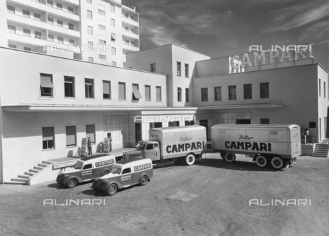 "AVQ-A-003605-0033 - Album ""Campari"": entrance of Campari factory in Milan - Data dello scatto: 1950 ca. - Archivi Alinari, Firenze"