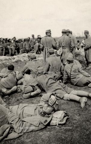 AVQ-A-003705-0143 - Prigionieri di passaggio a Medeuzza durante la Prima Guerra Mondiale - Data dello scatto: 1916 - Archivi Alinari, Firenze