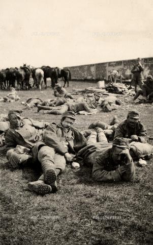AVQ-A-003705-0144 - Prigionieri di passaggio in riposo a Medeuzza durante la Prima Guerra Mondiale - Data dello scatto: 1916 - Archivi Alinari, Firenze