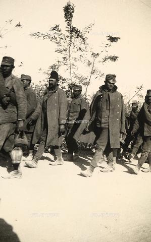 AVQ-A-003707-0152 - Prigionieri durante la Prima Guerra Mondiale - Data dello scatto: 1915 - Archivi Alinari, Firenze