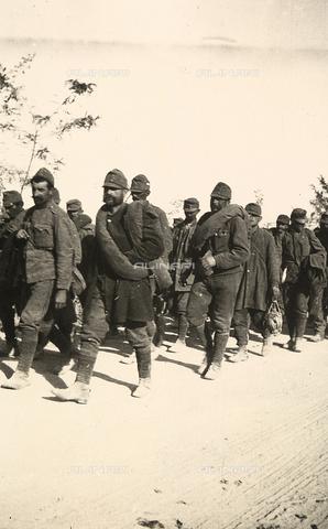 AVQ-A-003707-0157 - Prigionieri in marcia durante la Prima Guerra Mondiale - Data dello scatto: 1915 - Archivi Alinari, Firenze