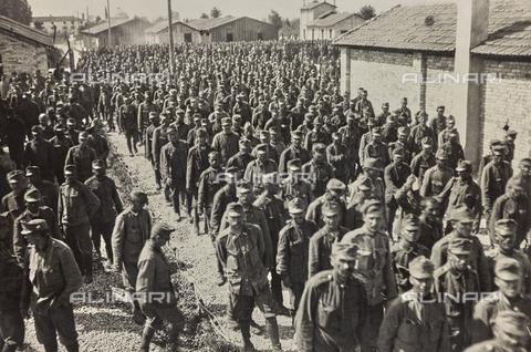 AVQ-A-003710-0005 - Campo di prigionieri austriaci a Bagnaria Arsa - Data dello scatto: 00/04/1916 - Archivi Alinari, Firenze