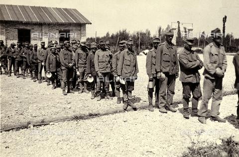 AVQ-A-003710-0006 - Prigionieri austriaci a Bagnaria Arsa durante la Prima Guerra Mondiale - Data dello scatto: 02/04/1916 - Archivi Alinari, Firenze