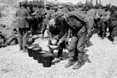 AVQ-A-003710-0008 - Prigionieri austriaci della Prima Guerra Mondiale, a Bagnaria Arsa, ripresi durante il rancio - Data dello scatto: 02/04/1916 - Archivi Alinari, Firenze