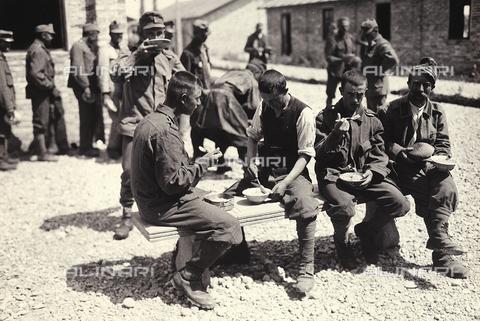 AVQ-A-003710-0009 - Prigionieri austriaci a Bagnaria Arsa ripresi mentre consumano il loro pasto - Data dello scatto: 04/1916 - Archivi Alinari, Firenze