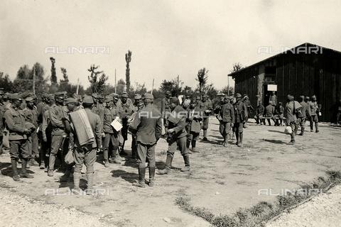 AVQ-A-003710-0011 - Accampamento di prigionieri austriaci a Bagnaria Arsa - Data dello scatto: 00/04/1916 - Archivi Alinari, Firenze