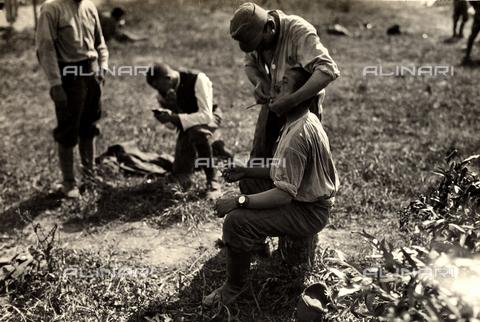 AVQ-A-003710-0012 - Prigionieri austriaci durante la Prima Guerra Mondiale a Bagnaria Arsa; in primo piano un soldato che fa la barba ad un commilitone - Data dello scatto: 02/04/1916 - Archivi Alinari, Firenze
