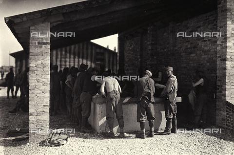 AVQ-A-003710-0013 - Prigionieri austriaci a Bagnaria Arsa ripresi nel lavatoio - Data dello scatto: 00/04/1916 - Archivi Alinari, Firenze