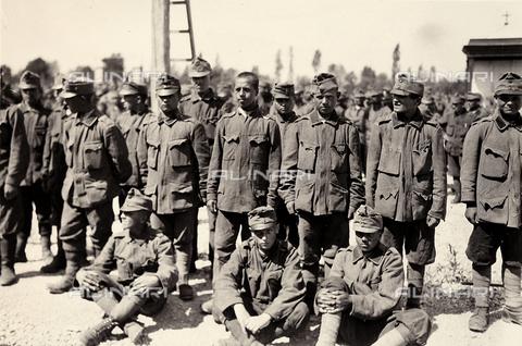 AVQ-A-003710-0014 - Prigionieri austriaci a Bagnaria Arsa durante la Prima Guerra Mondiale - Data dello scatto: 02/04/1916 - Archivi Alinari, Firenze
