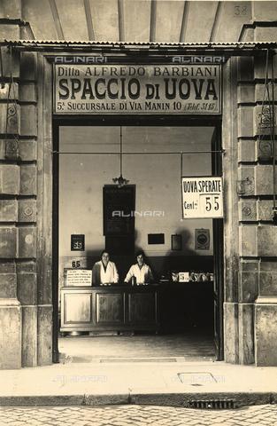 AVQ-A-003720-0015 - Ditta Alfredo Barbiani: il negozio per la vendita delle uova di Via dei Serpenti a Roma, con le commesse dietro al bancone - Data dello scatto: 1929 ca. - Archivi Alinari, Firenze