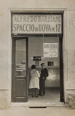 AVQ-A-003720-0026 - Ditta Alfredo Barbiani: il negozio per la vendita delle uova di Via Sebino a Roma, con la commessa e un cliente - Data dello scatto: 1929 ca. - Archivi Alinari, Firenze