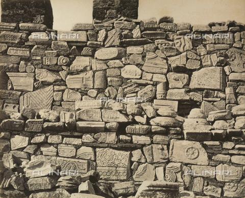 """AVQ-A-003848-0010 - """"Souvenirs d'Orient"""": fregi e frammenti di sculture nell'Acropoli di Atene - Data dello scatto: 1871 - Raccolte Museali Fratelli Alinari (RMFA), Firenze"""