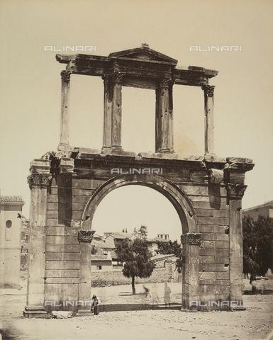"""AVQ-A-003848-0026 - """"Souvenirs d'Orient"""": arco di Adriano sull'Acropoli di Atene - Data dello scatto: 1871 - Raccolte Museali Fratelli Alinari (RMFA), Firenze"""