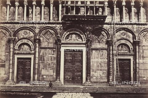 AVQ-A-003862-0091 - Particolare dell'ingresso principale del Duomo di Pisa - Data dello scatto: 1860 ca. - Archivi Alinari, Firenze
