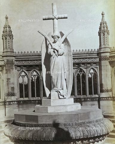 AVQ-A-003895-0015 - La statua marmorea scolpita dal barone Carlo Rocchetti raffigurante un angelo e una croce all'interno del Monumento ai caduti dell'ammutinamento dei militari indiani nel 1857 a Kanpur; l'opera è qui ritratta nella sua collocazione originaria di Bibighar Well, il luogo del massacro, ma dal 1947 è stata spostata nella All Souls Cathedral di Kanpur - Data dello scatto: 1870-1880 ca. - Archivi Alinari, Firenze