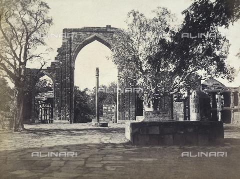 AVQ-A-003895-0025 - Il pilastro di ferro e il grande arco della moschea edificata da Kutubuddin, presso il Qutub Minar, a Delhi, India - Data dello scatto: 1870-1880 ca. - Archivi Alinari, Firenze