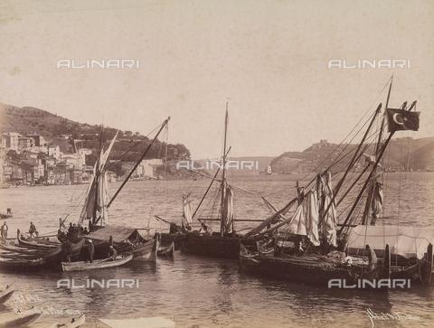 AVQ-A-003909-0003 - Barche ormeggiate all'ingresso del Mar Nero in Turchia - Data dello scatto: 1885 - 1890 ca. - Archivi Alinari, Firenze