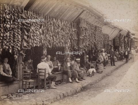 AVQ-A-003909-0035 - Mercato di scarpe a Istanbul - Data dello scatto: 1885 - 1890 ca. - Archivi Alinari, Firenze