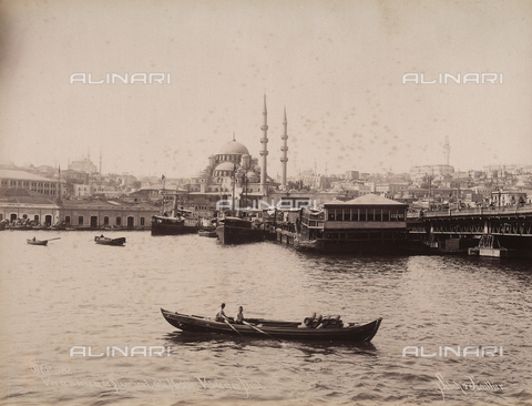 AVQ-A-003909-0036 - Veduta di Istanbul presa dal porto con una moschea sullo sfondo - Data dello scatto: 1885 - 1890 ca. - Archivi Alinari, Firenze