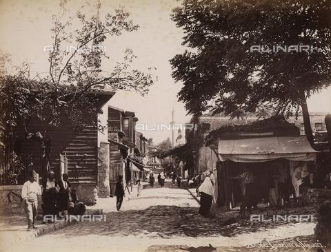 AVQ-A-003909-0037 - Una strada del quartiere di Scutari (Uskudar), a Istanbul - Data dello scatto: 1885 - 1890 ca. - Archivi Alinari, Firenze