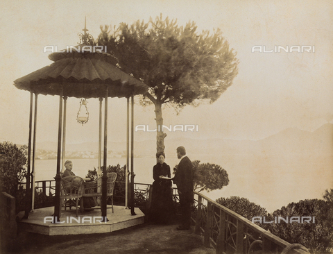 AVQ-A-003971-0003 - Animated view at the pavillon in the garden of the Rocca Belvedere Hotel in Posillipo at Naples - Date of photography: 1890 ca. - Fratelli Alinari Museum Collections, Florence