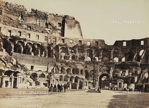 AVQ-A-003974-0004 - Un gruppo di persone visita l'interno del Colosseo a Roma - Data dello scatto: 1860-1865 - Archivi Alinari, Firenze