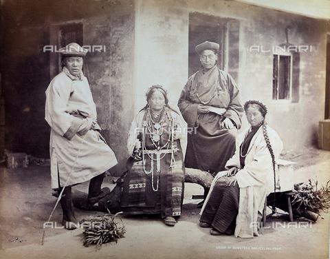 AVQ-A-004041-0082 - Ritratto di una famiglia abitante sulle montagne dell'India - Data dello scatto: 1904 - Raccolte Museali Fratelli Alinari (RMFA), Firenze