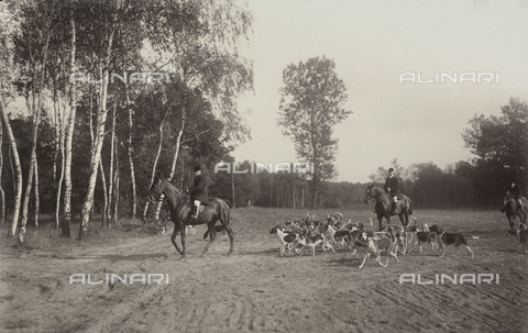 AVQ-A-004089-0002 - Hunting on horseback with dogs