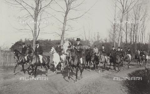 AVQ-A-004089-0006 - Group of men busy hunting on horseback