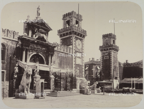 AVQ-A-004117-0066 - View of the street entrance to the Arsenale Vecchio in Venice, indicated by a monumental doorway, decorated with statues - Data dello scatto: 1865 ca. - Archivi Alinari, Firenze